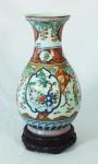 Vaso em porcelana chinesa ao gosto Imari policromada rouge de fer com figuras, flores e plantas medindo 37cm de altura. Acompanha peanha. Altura total: 41,5cm.
