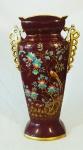 Grande ânfora em porcelana francesa policromada com decoração de pássaros e flores, alça dourada, medindo 45cm de altura e 25cm de largura total.