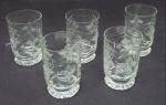 Conjunto de cinco taças em cristal medindo 8cm de altura e 5cm de diâmetro.