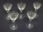 Conjunto de cinco taças em cristal medindo 10cm de altura e 5cm de diâmetro.