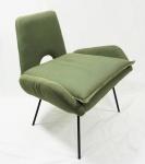 Poltrona com estrutura em ferro, estofado em tecido verde musgo, medindo 70 x 62 x 60 cm.
