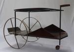 JORGE ZALSUPIN- Carrinho de chá em jacarandá, 2 estágios, com rodas de latão, apoiado sobre estrutura de ferro maciço.