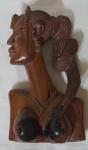 Busto africano em madeira nobre da Nigéria representando figura local medindo 30x19x13cm.