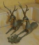 Lote composto por peças em metal dourado: 2 cervos medindo 73x40cm cada e 1 cinzeiro em formato de folha.medindo 18x20cm.