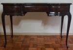 Mesa penteadeira em madeira nobre com 3 gavetas e saias recortadas medindo 77x110x46cm.