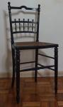 Cadeira inglesa no estilo georgiano em madeira laqueada e assento em palhinha, medindo 84x42x37cm.