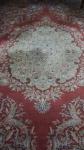 Tapete Persa Meshed com desenho floral e fundo rouge de fer medindo 5,50x4m (22m2).