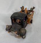 """ADALTON - """"Pau de arara"""", Niteroi-RJ, conjunto escultórico em cerâmica policromada rico em figuras em caminhonete aberta, medindo 14 x 13 x 31 cm. Apresenta restauros e peças soltas."""