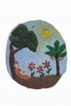 Placa em argila policromada com figura masculina descansando ao pé da árvore, medindo 20 x 17 cm. Um dos braços está colado.