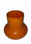 Pequena jarra em cerâmica vitrificada na cor laranja, medindo 10 cm de altura e 11 cm de diâmetro. Base apresenta rachadura.