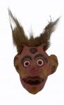 Máscara em resina policromada com piaçava, medindo no total  39 x 24 x 10 cm.