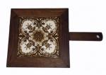 Azulejo policromado com moldura em madeira e haste para pendurar, medindo 34 x 22 cm.