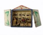 """""""Loja de chapéu"""", armário de 2 portas em madeira policromada apresentando figuras em resina no interior. Medida fechada: 17 x 16 cm. Medida aberta: 32 x 8 cm."""