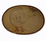 Travessa em cerâmica com pintura de galinha, medindo 5 x 26 cm.