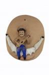 Placa em argila com figura de violeiro na rede, medindo 24 x 20 cm.