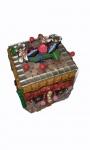 Caixa decorativa com aplicações em diversos materiais, medindo 9 x 9 x 9 cm. Inscrição na base: Dukans Agro Industries Limited - Calcuta - India.