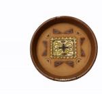 Prato de parede em cerâmica com pinturas vitrificadas, medindo 4 x 18 cm.