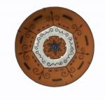 Fruteira em cerâmica com decoração vitrificada, medindo 4 x 18 cm.