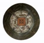 Prato em cerâmica com decoração vitrificada, medindo 6 x 26 cm.