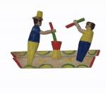 """Grupo escultórico articulado, """"socadores de pilão"""", em madeira policromada medindo 18 x 26 cm."""