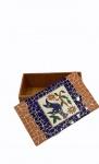 Caixa com tampa decorada em mosaico. Ao centro, aplicação de azulejo com figura de pássaro. Medindo 9 x 16 x 15 cm.