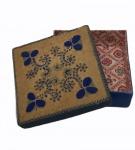 Caixa decorativa com aplicações de tecido e arame, medindo 6 x 18 x 18 cm. No estado.