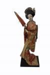 Estatueta no formato de gueixa, medindo 40 cm. No estado.