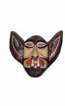 Máscara em papel marche representando vampiro em policromia, medindo 28 x 35 cm. No estado.