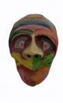 Máscara em papel marche em policromia medindo 30 x 20 cm.