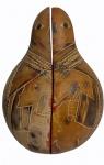 Sagrada família esculpida no interior de meia cabaça em policromia, medindo 16 cm de altura. Grupo escultórico em resina policromada, dentro de meia cabaça com desenho de figura humana, medindo 17 x 12 x 7 cm. No estado.