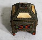 Porta joias em metal com esmaltes e aplicações, medindo 10 x 7 x 7 cm.