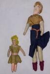 Par de bonecas confeccionadas manualmente em tecido, medindo 25 e 13 cm de altura. No estado.