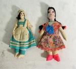 Par de bonecas confeccionadas manualmente em tecido, medindo 19 e 17 cm de altura. No estado.
