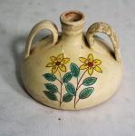 Pequena moringa em cerâmica com duas alças e decoração floral. No estado, 1 alça está colada.