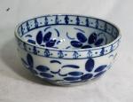 M. SIÃO-M. Bowl em porcelana com decoração azul e branca, medindo 11 x 24 cm.