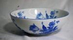 Bowl em porcelana nacional do Paraná com decoração floral nas cores azul e branca, medindo 10 x 27 cm.