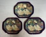 Três pequenas bandejas octogonais em metal policromado made in China, medindo 19 x 16 cm cada.