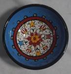 Pequeno bowl em porcelana policromada, marcado Akfu handmade D.A-9, medindo 5 cm de altura e 9 cm de diâmetro.