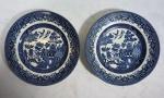 Par de pratos em porcelana inglesa da marca Churchill - England, nas cores azul e branca, com decoração oriental, medindo 16,5 cm de diâmetro.