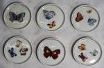 ELIAH. Seis porta copos em porcelana policromada com borboletas, medindo 8,5 cm de diâmetro.