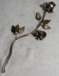 Haste decorativa em metal com duas rosas e folhas, medindo 38 x 16 cm.