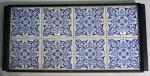 Bandeja com moldura em madeira e azulejos (com fio de cabelo) azuis e brancos, medindo 23,5 x 47 cm.