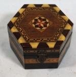 Souvenir de Granada, Espanha: caixa em madeira sextavada e policromada, medindo 5 cm de altura e 7,5 cm de diâmetro.
