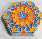 Azulejo sextavado em cerâmica vitrificada policromada para haste de incenso, medindo 9 cm de diâmetro.