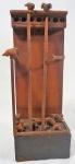Pombal em madeira com traves e pombos, medindo 38 x 14,5 x 10 cm. Necessita restauro (com duas hastes para pendurar).
