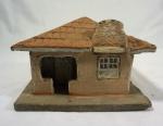 A.V. DUTRA. Casa com varanda e pinturas de janela e porta, em cerâmica policromada, medindo 15 x 19 x 20 cm. Assinada e datada na base, 1-12-87, RJ.