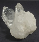 Cristal de rocha na cor branca, medindo 6 x 8 x 9 cm. Apresenta alguns lascados na ponta.