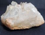 Cristal de rocha na cor rosa claro com tons ferrosos na base, medindo 7 x 12 x 11,5 cm.