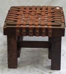 Banco em madeira com assento em couro trançado. Alt. 35 X 43,5 X 44. No estado.