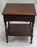 Pequena mesa com gaveta em madeira. Alt. 57 X 47 X 36,5.